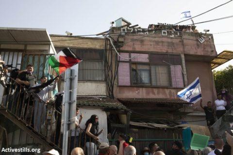 16 avril 2021. Des activistes palestiniens et israéliens protestent contre l'expulsion de réfugiés palestiniens à Sheikh Jarrah, au profit de colons israéliens (Photo : Activestills)