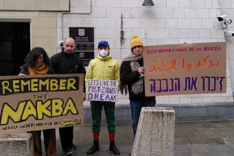 15 avril 2021. Un gardien de sécurité de l'ambassade d'Israël (deuxième personne à partir de la gauche) vient pour éloigner les protestataires qui commémorent la Nakba le jour anniversaire de l'indépendance israélienne. (Photo: Eitan Bronstein Aparicio)