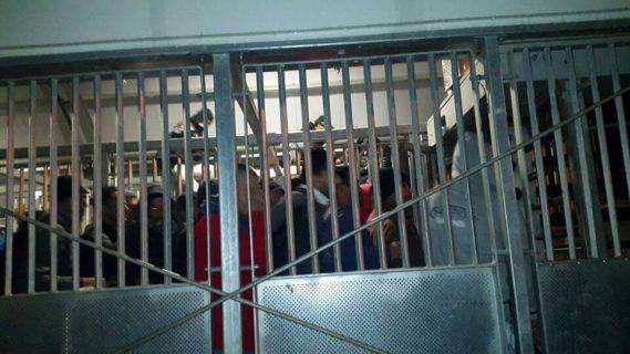 Des travailleurs palestiniens au check-point de Tayba. (Photo: PNFTU)