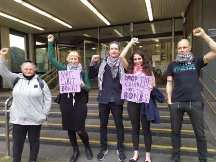 Cinq des «Six d'Elbit» après leur comparution à la Cour des magistrats de Highbury Corner, à Londres. (Photo: Mohamed Elmaazi)