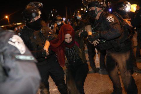 8 mai 2021. La police israélienne arrête une femme au cours d'une manifestation contre l'expulsion imminente par la force de familles palestiniennes du quartier de Sheikh Jarrah, à Jérusalem-Est. (Photo : Oren Ziv)