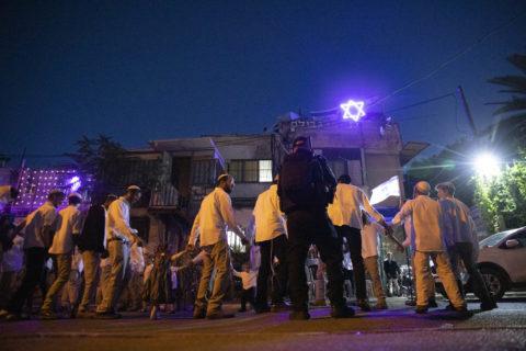 7 mai 2021. Des colons israéliens célèbrent le sabbat sous la protection de policiers israéliens armés, dans le quartier de Sheikh Jarrah, à Jérusalem-Est. (Photo : Oren Ziv)