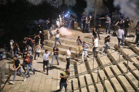 Porte de Damas, vendredi soir, la police a commencé par disperser la foule – y compris les familles et les enfants qui quittaient les prières du soir à Al-Aqsa – en aspergeantles fidèles de «skunk», un liquide particulièrement nauséabond, et en lançant des grenades assourdissantes en direction des enfants.