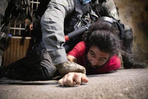 4 mai 2021. La police israélienne plaque au sol un résident palestinien de Sheikh Jarrah au cours d'une veille contre les expulsions imminentes prévues dans le quartier. (Photo : Oren Ziv)