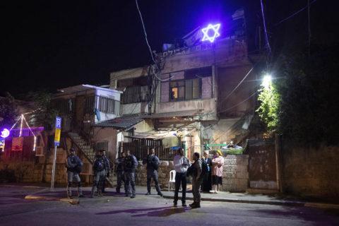 4 mai 2021. Jérusalem-Est. Des colons israéliens s'entretiennent avec des policiers à l'extérieur de la maison de la famille Rawi, à Sheikh Jarrah, confisquée aux Palestiniens en 2009. (Photo : Oren Ziv)
