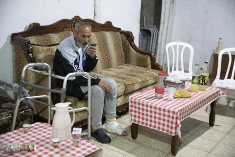 4 mai 2021. Salah Diab, l'un des dirigeants du mouvement de protestation de Sheikh Jarrah, dans sa maison de Jérusalem-Est. «Les policiers agissent comme des dingues. Les gens se rassemblent tout simplement pour une veille et on les agresse.» (Photo: Oren Ziv)