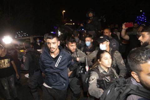 4 mai 2021. La police israélienne arrête Mahmoud El-Kurd, un habitant de Sheikh Jarrah, au cours d'une veille contre l'expulsion imminente de familles palestiniennes de ce quartier de Jérusalem-Est. (Photo: Oren Ziv)