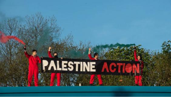 Les activistes de Palestine Action sur le toit de l'usine d'armes israéliennes UAV Tactical Systems d'Elbit, à Leicester