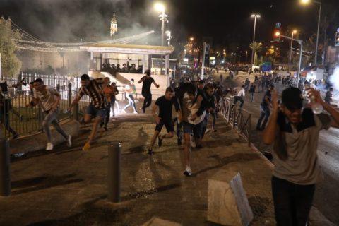 Jérusalem, 8 mai 2021. Des manifestants palestiniens s'enfuient après que les forces sécuritaires israéliennes ont lancé des gaz lacrymogènes à l'extérieur de la porte de Damas. (Photo : Oren Ziv)