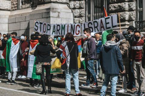 """La Plate-forme Charleroi-Palestine était présent au rassemblement et avait apporté le montage de lettres """"Stop arming Israël"""" """"Arrêtez d'armer Israël"""" (Photo via Nabil Boukili sur FB)"""