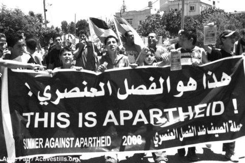 """""""Ceci est de l'apartheid"""": les Palestiniens l'affirment depuis des années. Cette photo a été prise à Bil'in, en Palestine, pendant l'une des innombrables manifestations contre la colonisation et l'occupation. (Photo et commentaire d'Anne Paq / Activestills sur Twitter)"""