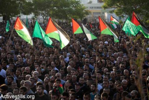 20 mai 2021 - Des milliers de Palestiniens de nationalité israélienne assistent aux funérailles de Mohammed Kiwan, âgé de 17 ans, à Umm al-Fahm. Kiwan a été tué la nuit précédente après que la police israélienne lui ait tiré une balle dans la tête. Des témoins affirment qu'il était assis dans une voiture avec des amis lorsqu'il a été abattu. En onze jours d'attaques israéliennes, 232 habitants de la bande de Gaza ont été tués, dont 65 enfants, et environ 27 Palestiniens de Cisjordanie - Photo par : Oren Ziv/Activestills