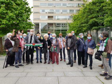 Olivia Zémor et les camarades du collectif Palestine69 à la sortie du tribunal