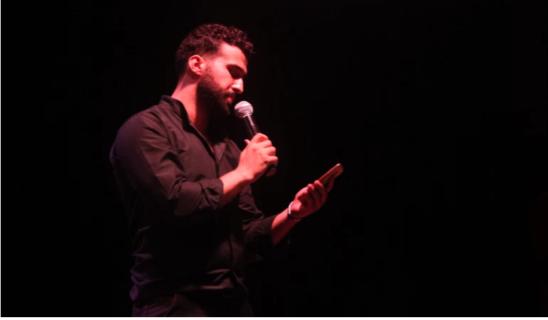 Mohammed Moussa récite de la poésie au cours de Gaza Youth Speaks (La jeunesse de Gaza prend la parole), le premier spectacle de création orale à Gaza, en juillet 2018. Plus de 25 participants avaient dit de la poésie en anglais et en arabe. (Photo: avec l'aimable autorisation de Mohammed Moussa)
