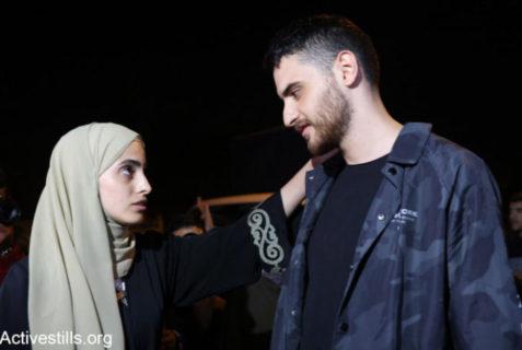 Militants palestiniens connus, Muna et Mohammed al-Kurd rentrent chez eux à Sheikh Jarrah, à Jérusalem, après avoir été arrêtés par la police pour interrogatoire. Les deux jeunes gens ont été interrogés sur des soupçons de trouble à l'ordre public pour avoir participé à des manifestations de protestation contre l'expulsion imminente de familles palestiniennes de Sheikh Jarrah. Muna et Mohammed sont devenus les visages publics de la campagne palestinienne contre le nettoyage ethnique de Sheikh Jarrah - Photo : Oren Ziv/Activestills