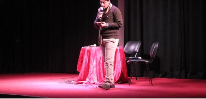 Un poète sur scène lors du spectacle de création orale Hymns of Peace (Hymnes de paix) en novembre 2018. (Photo : avec l'aimable autorisation de Mohammed Moussa)
