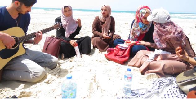Des poètes se rassemblent sur la plage à Gaza, partageant des poèmes et chantant des chansons. (Photo : avec l'aimable autorisation de Mohammed Moussa)