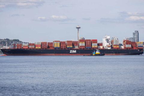 Le Zim San Diego attend d'être déchargé avec, à l'arrière-plan, la Space Needle (aiguille de l'espace) de Seattle. (Photo: Alex Garland)