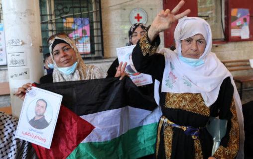 26 juillet 2021. En solidarité avec les prisonniers en grève de la faim, les Palestiniens manifestent devant le siège de la Croix-Rouge à Gaza. Un total de 14 prisonniers palestiniens en détention en Israël sont actuellement en grève de la faim pour protester contre leur détention administrative injuste, sans accusation ni procès, a déclaré la Commission des affaires des détenus et anciens détenus. (Photo: Mahmoud Nasser / APA Images)