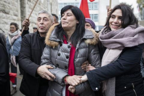 La députée palestinienne Khalida Jarrar, au centre, avec son mari Ghassan et sa fille Suha, après sa libération d'une prison israélienne en février 2019. Suha est décédée soudainement cette semaine et Israël a empêché sa mère d'assister aux funérailles. (Photo: Oren Ziv / ActiveStills)