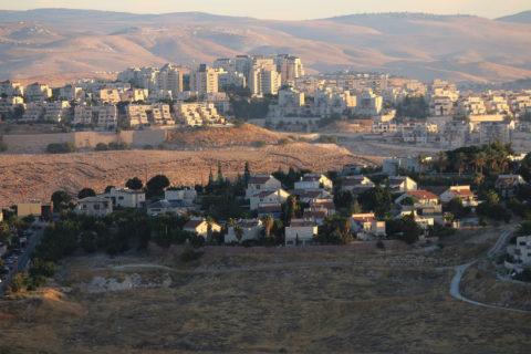 Investir dans des firmes impliquées dans les colonies illégales d'Israël en Cisjordanie présente le « risque inacceptable » de contribuer à des violations des droits palestiniens, affirme le fonds KLP, de Norvège. (Photo : Ahmad Al-Bazz / ActiveStills)