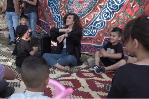 Aya Halaf entourée d'enfants. [Photo : Aya Halaf]
