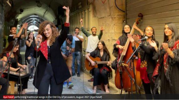 Août 2021. Aya Halaf présente des chansons traditionnelles dans la Vieille Ville de Jérusalem. [Photo: Aya Halaf]