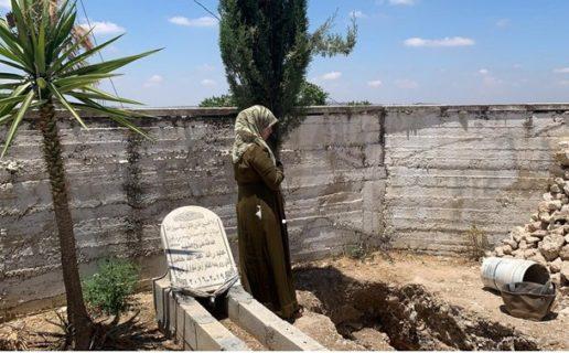 Fatima Hammad prie près de la tombe creusée pour son fils Mohammad à Silwad, en Cisjordanie occupée. Israël a refusé de restituer son corps. (Photo : MEE / Shatha Hammad)