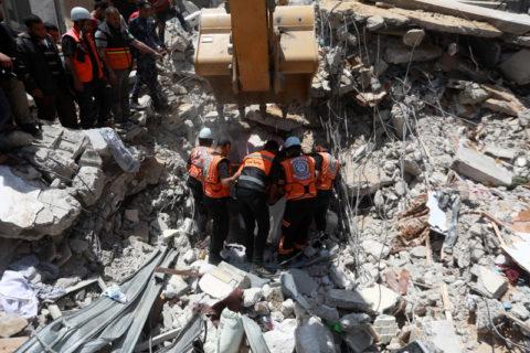16 mai 2021. Des secouristes palestiniens recherchent des corps et des survivants sous les décombres d'un immeuble résidentiel de Gaza bombardé par Israël. (Photo : Mohammed Zaanoun / ActiveStills)