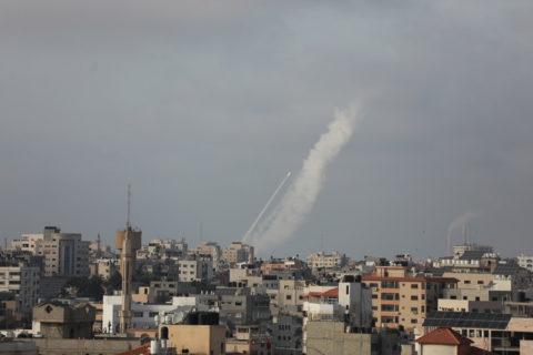 Des roquettes lancées à partir de la ville de Gaza vers Israël, le 10 may 2021. (Photo: Mohammed Zaanoun / ActiveStills)