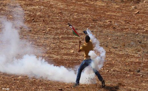 1er octobre 2021. Lors des protestations palestiniennes contre l'implantation de colonies juives à Beita, près de Naplouse, en Cisjordanie, des Palestiniens ripostent aux interventions de l'armée israélienne. (Photo : Nedal Eshtayah / Anadolu Agency)