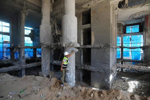 Des travailleurs palestiniens évacuent les décombres de la tour al-Jawhara à Gaza, qui abritait les bureaux des médias et qui a été détruite par les frappes israéliennes lors des 11 jours du récent conflit, en mai. (Photo : Ashraf Amra APA images)